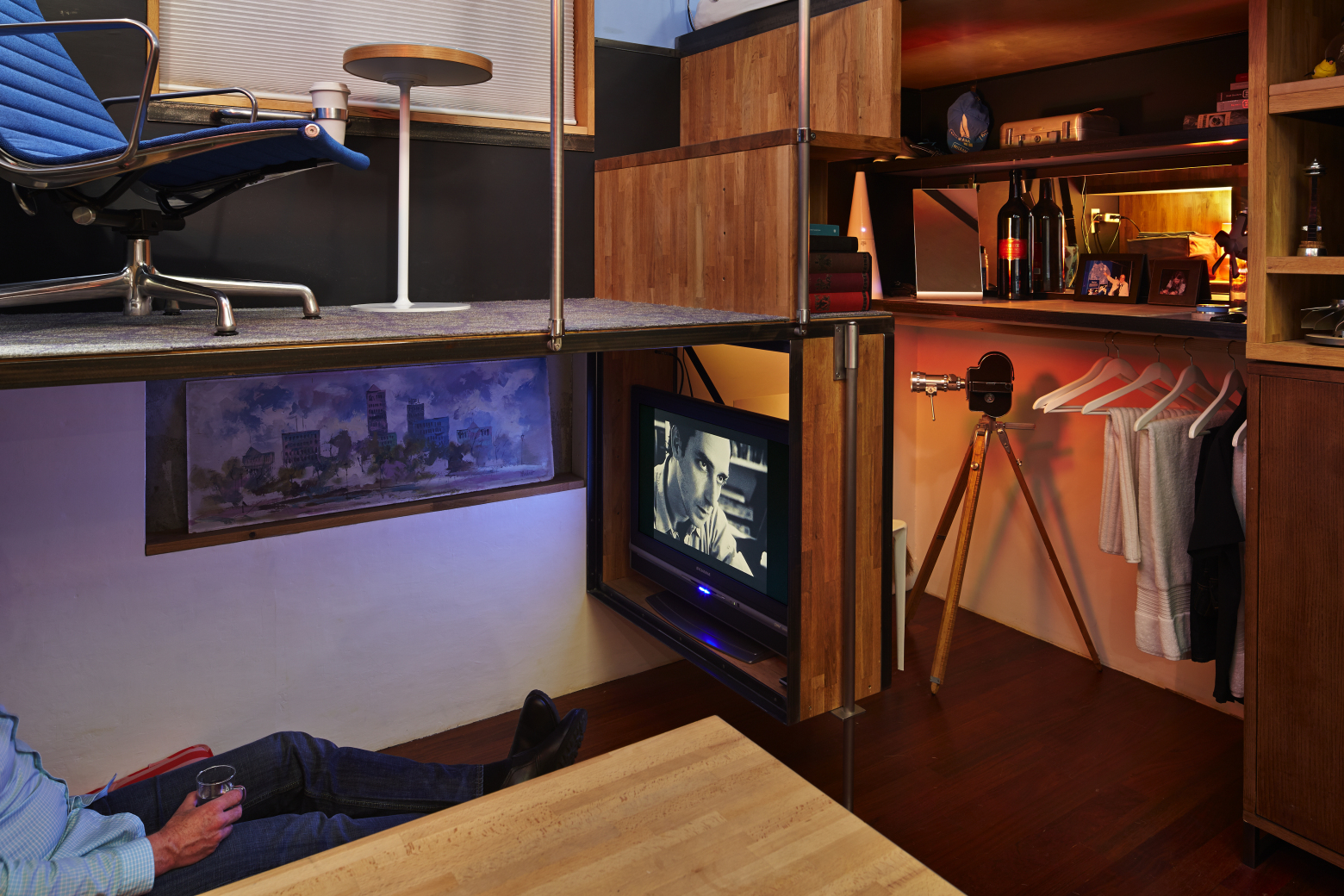 pico-dwelling tv lounge